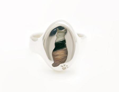愛猫シルエットに遺毛を埋封したメモリアル・リング