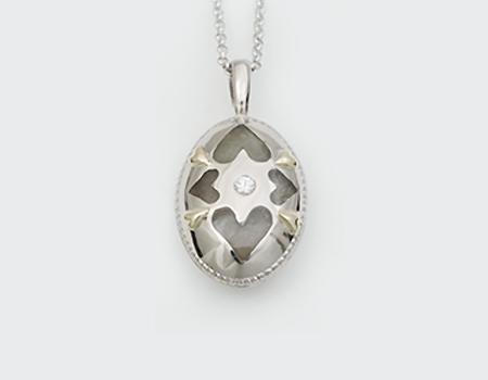 4つのハートとダイヤモンドのあるカロートペンダント