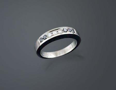 ブラック&ホワイト・ダイヤモンドのモーニング・リング