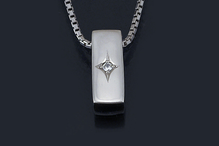 ブラックダイヤを星留めにしたプラチナ・ペンダント