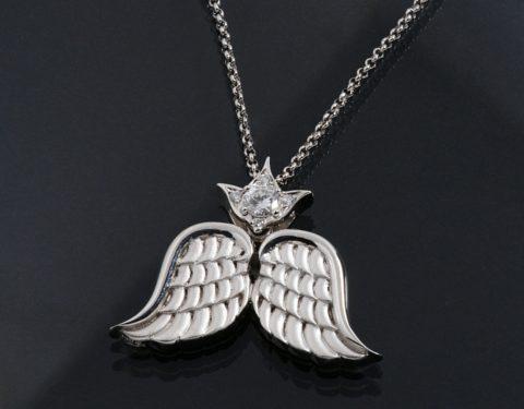 羽をモチーフにしたダイヤモンドペンダント